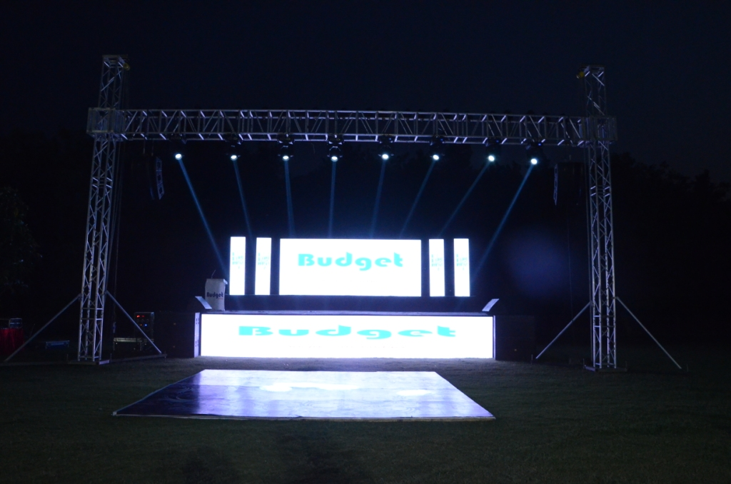 9. Full stage pics with Budget in the background (1)
